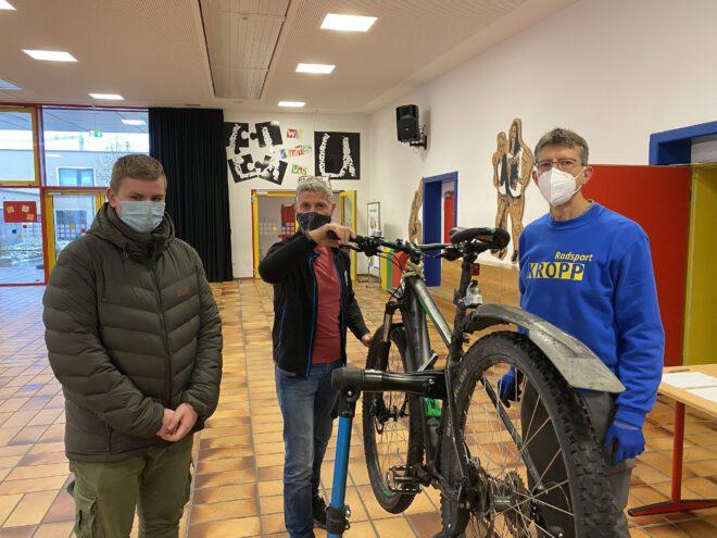 Die Uli-Wieland-Mittelschule Vöhringen ist eine von zehn Schu-len, die heuer am Schülerfahrrad-Wintercheck teilnahmen. Der Landkreis Neu-Ulm finanzierte mit je 500 Euro den Fitnesstest für die Bikes. Foto: Uli-Wieland-Mittelschule